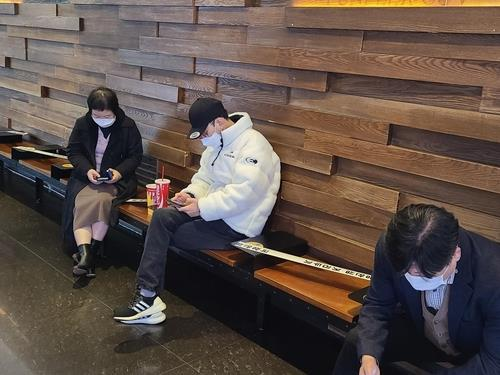 This photo, taken Nov. 24, 2020, shows visitors consuming drinks in the lobby of a movie theater in Seoul. (Yonhap)