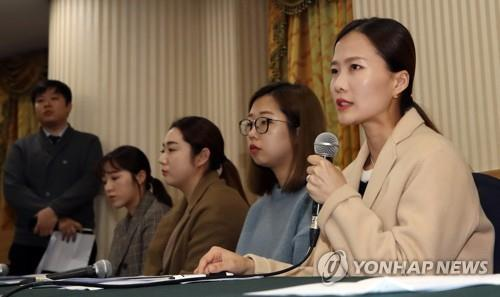 In this file photo from Nov. 15, 2018, South Korea's Team Kim curlers speak at a press conference at Seoul Olympic Parktel, accusing their former coach and curling officials of verbal and emotional abuse. From right are Kim Cho-hee, Kim Eun-jung, Kim Seon-yeong, Kim Yeong-mi and Kim Kyeong-ae. (Yonhap)