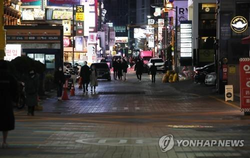 A street in Gangnam, one of the busiest districts in Seoul, is mostly empty on Dec. 3, 2020, as South Korea has implemented strict antivirus measures to stop the spread of the new coronavirus. (Yonhap)