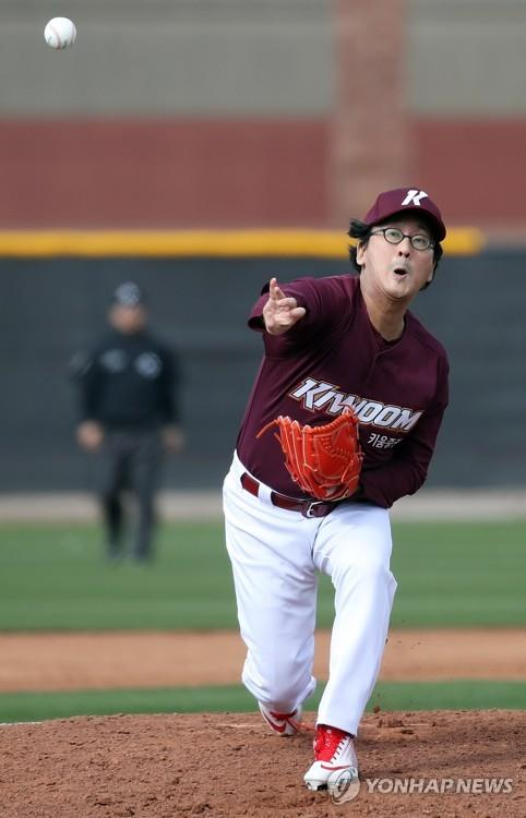 In this file photo from Feb. 17, 2019, Hur Min, chairman of the board for the Kiwoom Heroes baseball club, throws a pitch in a spring training intrasquad game at Peoria Sports Complex in Peoria, Arizona. (Yonhap)