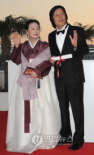 "In this EPA photo, actress Yun Jung-hee (L) and director Lee Chang-dong pose after winning best screenplay for ""Poetry"" at the 63rd Cannes Film Festival in Cannes, France, on May 23, 2010. (Yonhap)"