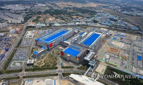 This file photo, provided by Samsung Electronics Co. on May 21, 2020, shows the company's chip plant in Pyeongtaek, south of Seoul. (PHOTO NOT FOR SALE) (Yonhap)