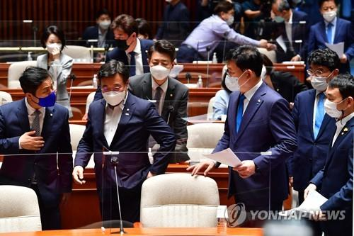 This photo shows executives at the Democratic Party preparing to hold a plenary meeting of sitting lawmakers to vote on the party's new real estate-related policies at the National Assembly in Seoul on June 18, 2021. (Yonhap)