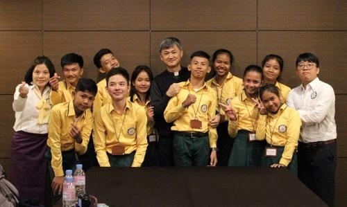 캄보디아 예수회 책임자 오인돈 신부(가운데)와 하비에르 예수회 학교 학생, 관계자