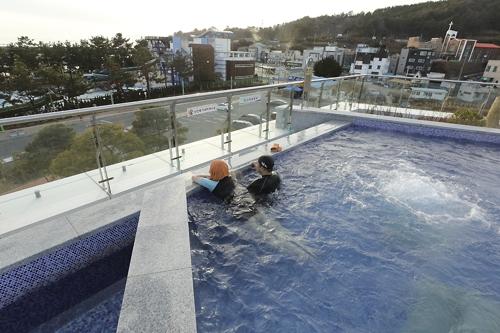 율포해수녹차센터 노천탕에서 연인들이 온천욕을 즐기고 있다. [사진/성연재 기자]