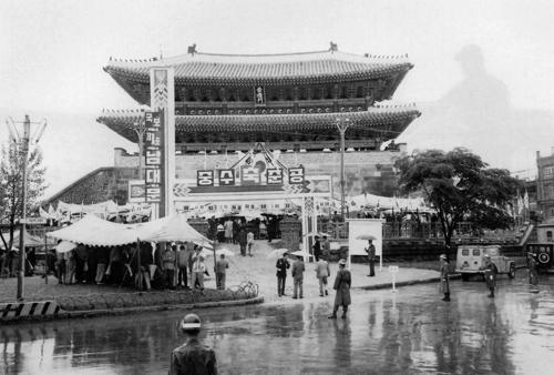 (서울=연합뉴스) 보수 작업을 마치고 새롭게 단장한 1963년 숭례문.