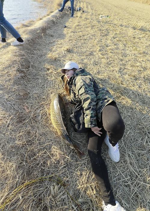 박지숙 씨가 잉어 앞에서 포즈를 취하고 있다. [사진/성연재 기자]