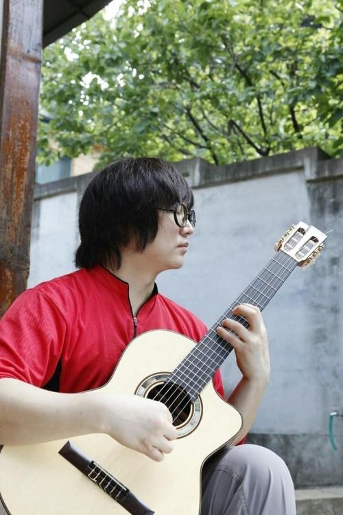 기타 치는 김중환 씨