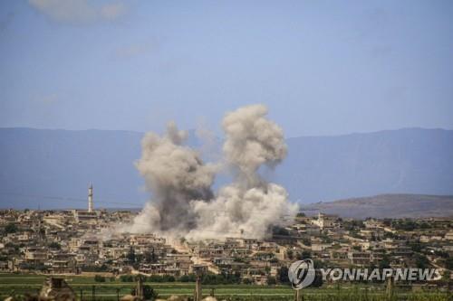 이달 3일 시리아 이들립州 남부에서 치솟는 포연 [AP=연합뉴스]