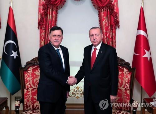 에르도안(우) 터키 대통령과 알-사라즈 리비아통합정부 총리