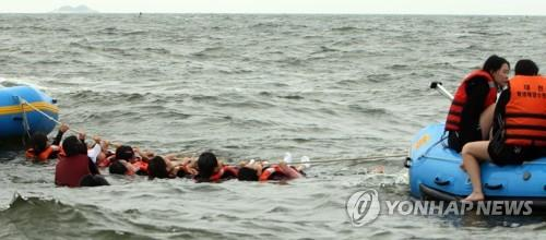 생존 수영 체험하는 학생들