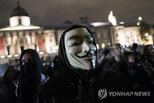 해커집단 어나니머스의 상징인 가이 포크스 가면을 쓴 시민 [EPA=연합뉴스 자료사진]