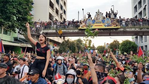 경찰이 저지선을 열자 앞으로 나아가는 집회 참석자들. 2020.10.14