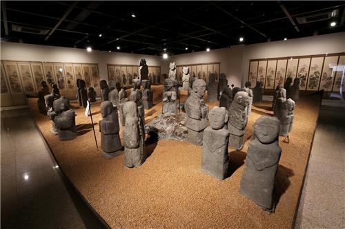 사대부 묘역에 세웠던 동자석. 동자들이 들고 있는 다양한 지물에서 옛사람들의 소망을 읽을 수 있다. [사진/조보희 기자]