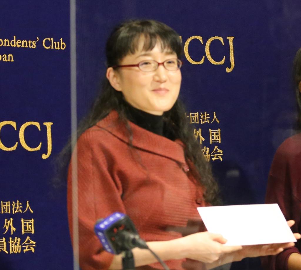 (도쿄=연합뉴스) 이세원 특파원 = 25일 오후 도쿄 소재 일본외국특파원협회(FCCJ)에서 회견을 마친 유미리 작가가 선물을 받아들고서 밝은 표정을 짓고 있다.
