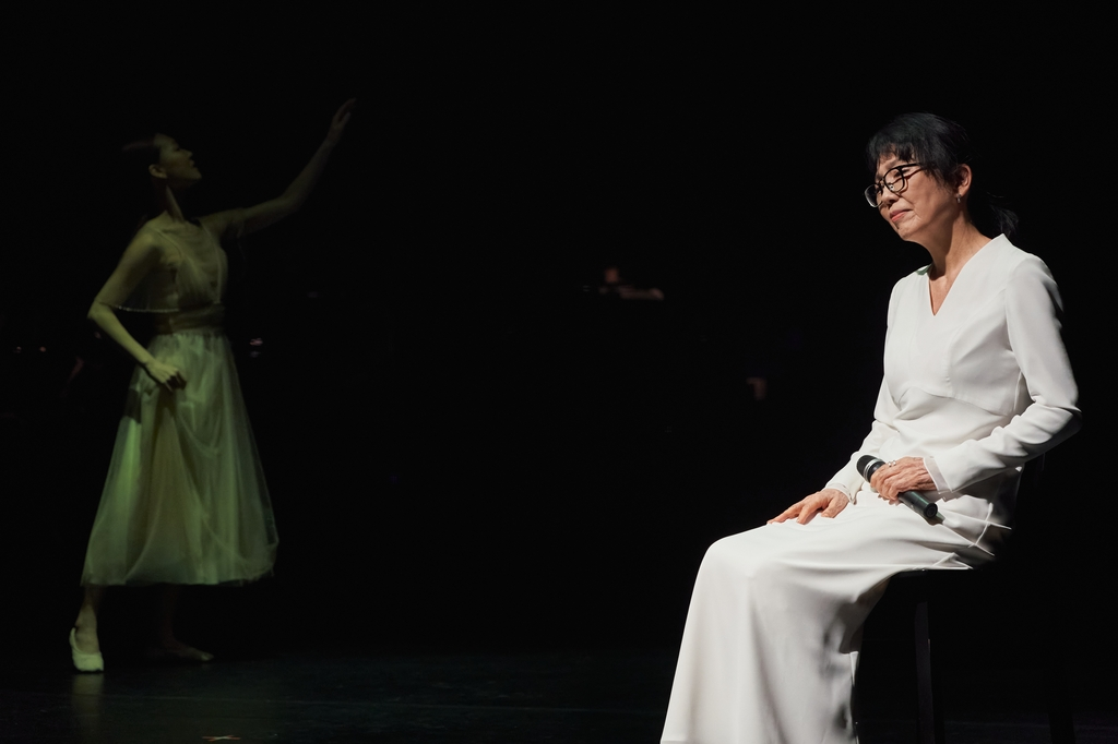 '디어 루나'에 특별출연한 가수 정미조가 '귀로'를 부르는 모습