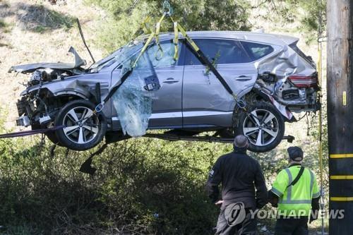 2월 23일(현지시간) 미 로스앤젤레스의 교외 랜초 팰로스버디스에서 타이거 우즈가 몰다 전복사고가 난 제네시스 GV80 차량을 크레인이 들어올리고 있다. [AP=연합뉴스 자료사진]