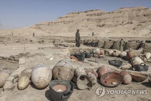 이집트 룩소르 도시 유적지에서 출토된 유물들