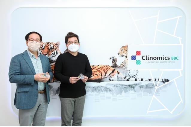 생기원 황철진 박사(왼쪽)와 클리노믹스 이성훈 암연구소장