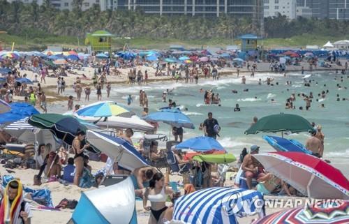 메모리얼데이인 지난달 31일(현지시간) 미국 플로리다주 마이애미비치에 사람들이 몰려나와 해수욕을 즐기고 있다. [EPA=연합뉴스]