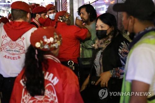 지난 11일 뉴욕 차이나타운에서 아시아계 여성을 괴롭힌 남성을 붙잡고 있는 시민 자원봉사자인 '가디언 엔젤스' [AFP=연합뉴스 자료사진]