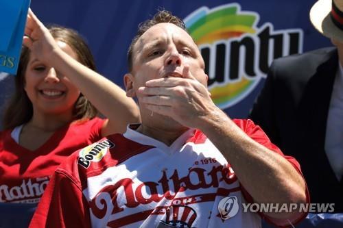 4일(현지시간) 열린 미 핫도그 많이 먹기 대회 우승자인 조이 체스트넛 [EPA=연합뉴스]