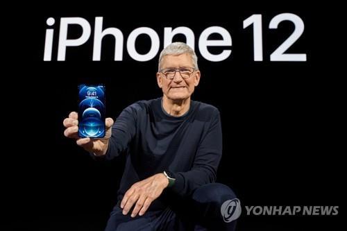 작년 10월 '5G 첫 탑재' 아이폰12 공개하는 팀 쿡 애플 CEO [EPA=연합뉴스 자료사진]