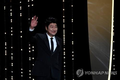제74회 칸 국제 영화제 폐막식에 심사위원으로 등장하는 배우 송강호
