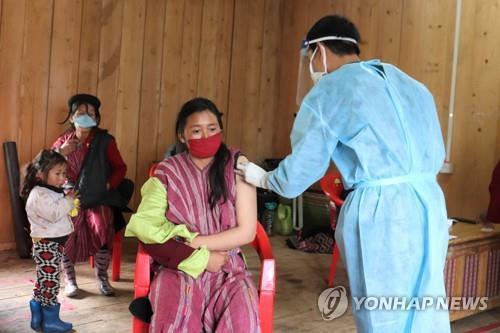 부탄 동부의 주민센터에서 코로나19 2차 백신 접종을 받는 주민(가운데). [EPA=연합뉴스]