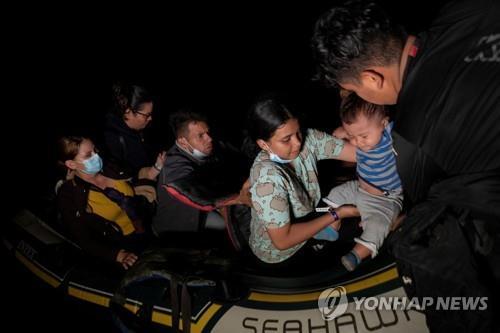 멕시코로부터 강을 건너 미국으로 넘어오는 이민자들 [로이터=연합뉴스]