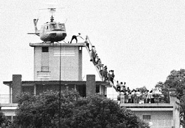 1975년 4월 29일 베트남 사이공(현재 호찌민) 미국대사관 인근 호텔에서 사이공을 탈출하려는 사람들이 헬기를 타고자 줄을 서서 사다리를 오르는 모습. [미 국무부 홈페이지 갈무리=연합뉴스]