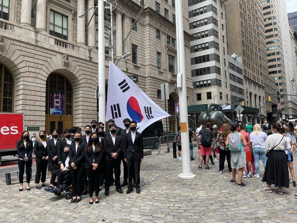 월가 '돌진하는 황소상' 앞에 태극기를 게양하는 한인 청년들