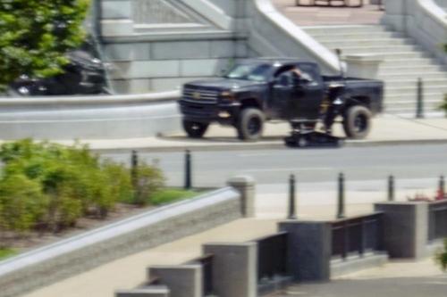 폭발물 소지 주장한 남성이 탄 트럭 [AP=연합뉴스]