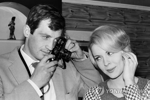 1964년 촬영한 장폴 벨몽도(왼쪽)