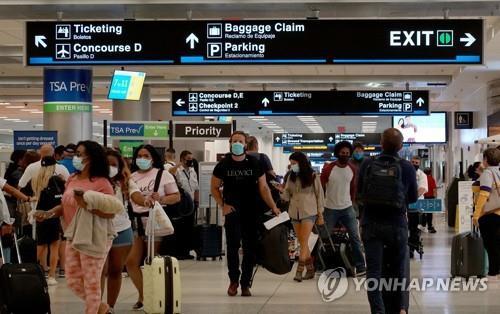 노동절 연휴를 앞둔 3일(현지시간) 미 마이애미 국제공항에서 여행객들이 오가고 있다. [AFP=연합뉴스]