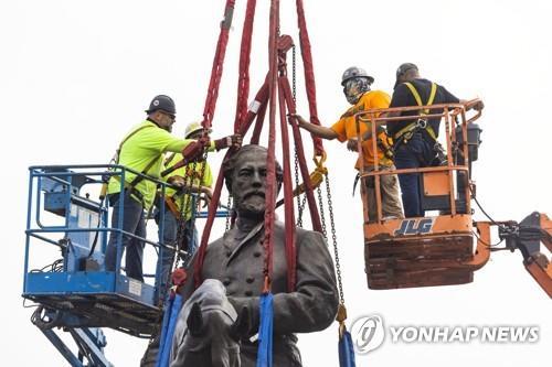 철거되는 리치먼드의 리 장군 동상 [EPA=연합뉴스]