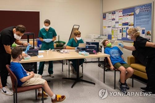 지난달 미 켄터키주 루이빌의 한 초등학교에서 학생들이 코로나19 검사를 받고 있다. [AFP=연합뉴스]