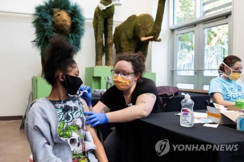코로나19 백신 접종하는 어린이