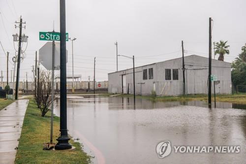 열대성 폭풍 '니컬러스'가 뿌린 비로 침수된 텍사스주 갤버스턴 거리