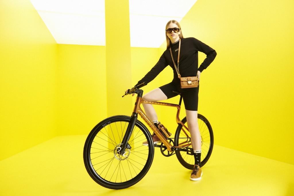 MCM이 독일 자전거 브랜드 '어반'과 손잡고 출시한 전기자전거