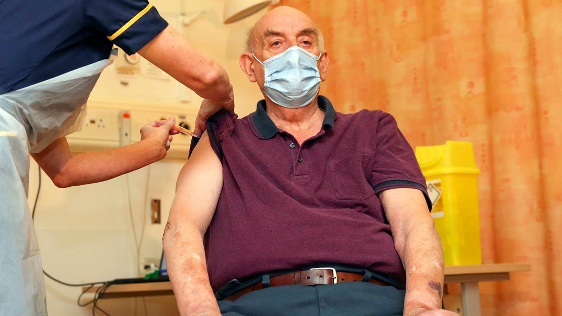 """영국, 세계 최초의 AstraZeneca 백신… """"코로나 종식을 희망"""""""