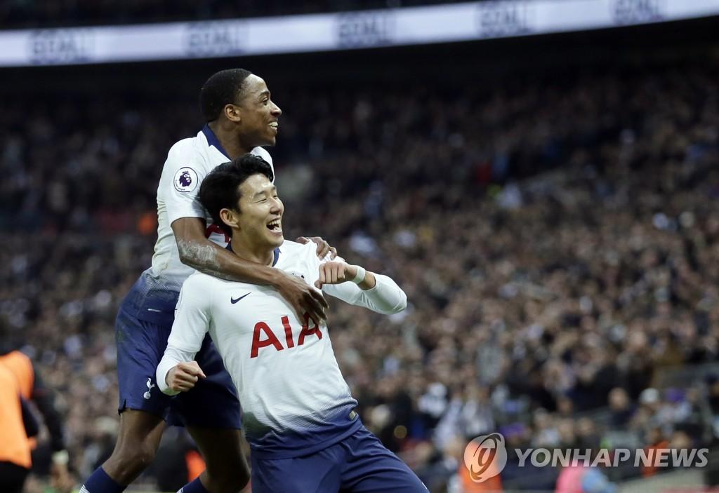 토트넘 손흥민(오른쪽)이 27일(한국시간) 영국 런던 웸블리 스타디움에서 열린 2018-2019 잉글랜드 프로축구 프리미어리그 본머스와의 홈경기에서 골을 넣은 뒤 기뻐하고 있다. [AP=연합뉴스]