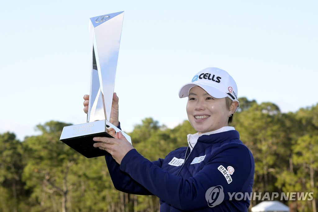 In this Associated Press photo, Ji Eun-hee of South Korea holds the championship trophy after winning the LPGA Tour's Diamond Resorts Tournament of Champions at Tranquilo Golf Course at Four Seasons Golf and Sports Club Orlando in Lake Buena Vista, Florida, on Jan. 20, 2019. (Yonhap)