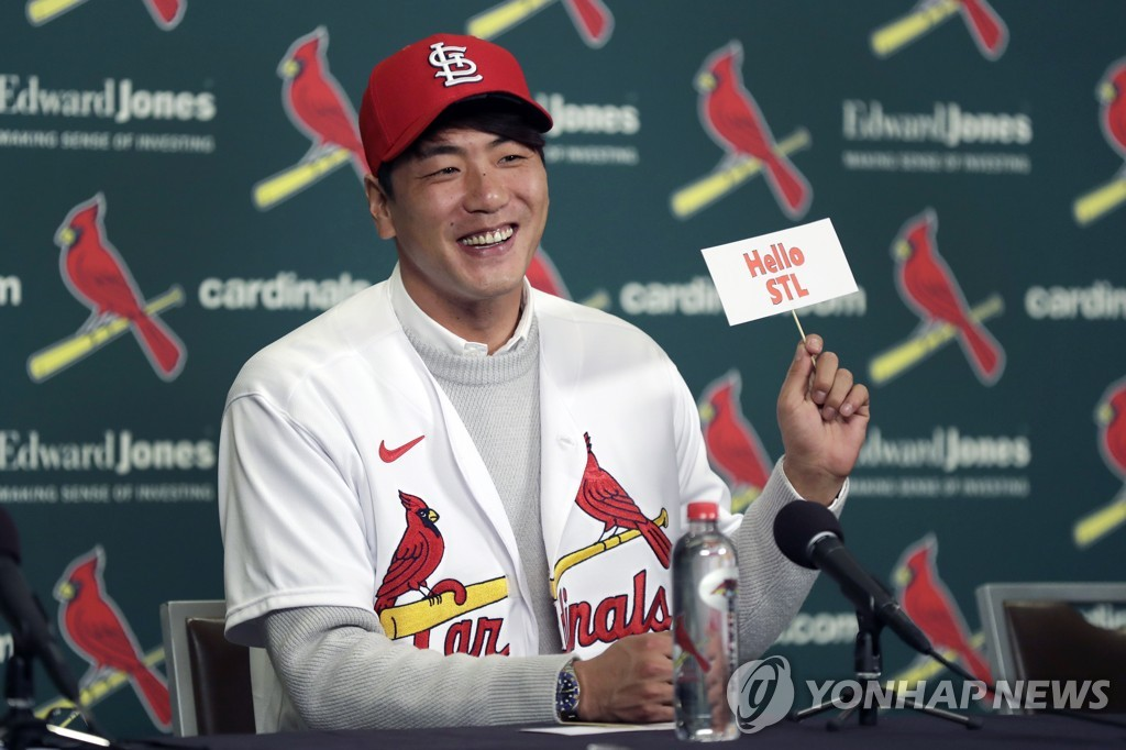 In this Associated Press photo, South Korean pitcher Kim Kwang-hyun holds up a sign during his introductory press conference with the St. Louis Cardinals at Busch Stadium in St. Louis on Dec. 17, 2019. (Yonhap)