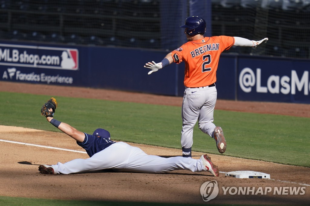 In this Associated Press photo, Choi Ji-man of the Tampa Bay Rays (L) holds up the ball at first base after getting Alex Bregman of the Houston Astros out during the top of the seventh inning of Game 2 of the American League Championship Series at Petco Park in San Diego on Oct. 12, 2020. (Yonhap)