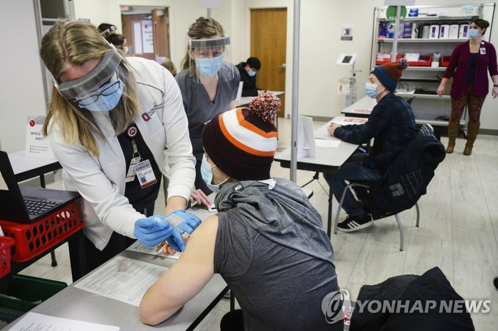 미 오하이오주립대 웩스너의료센터에서 백신 주사를 놓고있는 의료진