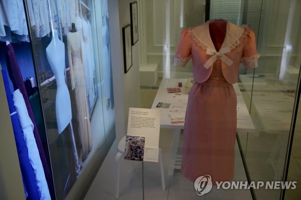 영국 다이애나비가 결혼식 당일 입었던 세미 정장 형식의 분홍 드레스