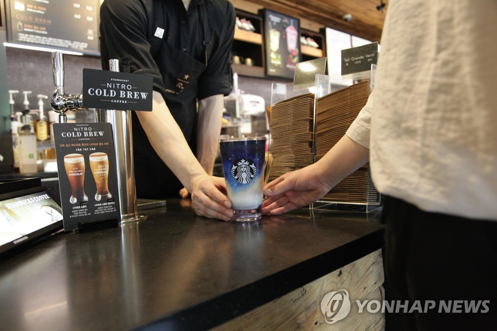 This undated photo provided by Starbucks Coffee Co. shows a customer using a tumbler. (Yonhap)