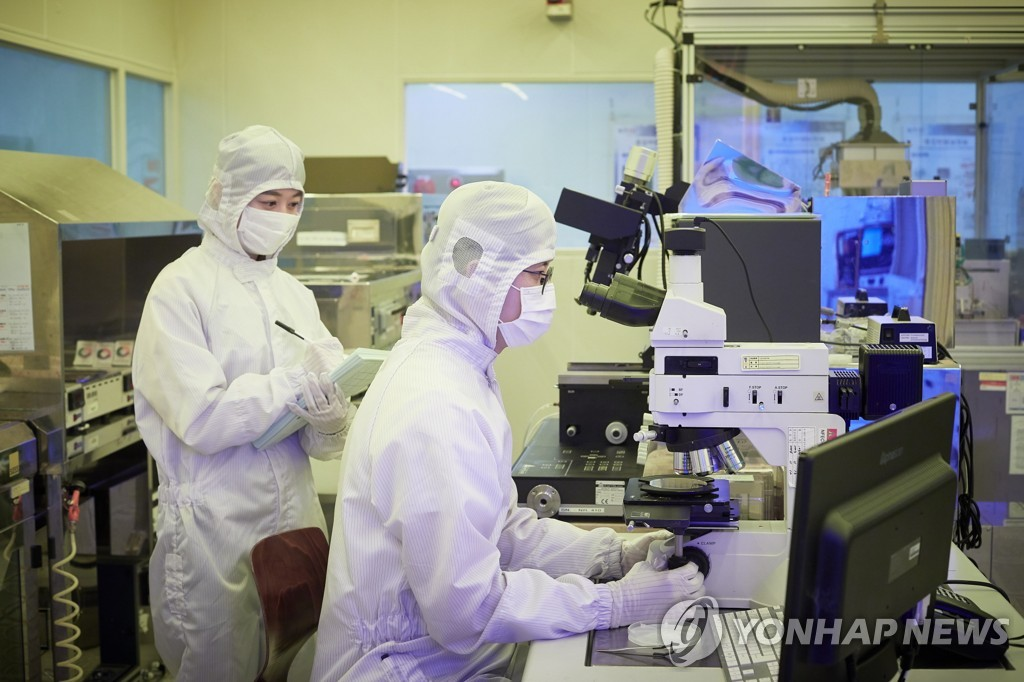 This undated file photo provided by the Electronics and Telecommunications Research Institute shows researchers of the government-funded institute. (PHOTO NOT FOR SALE) (Yonhap)