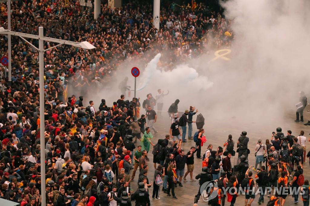 14일 바르셀로나 엘프라트 공항 인근의 대규모 시위 [AFP=연합뉴스]